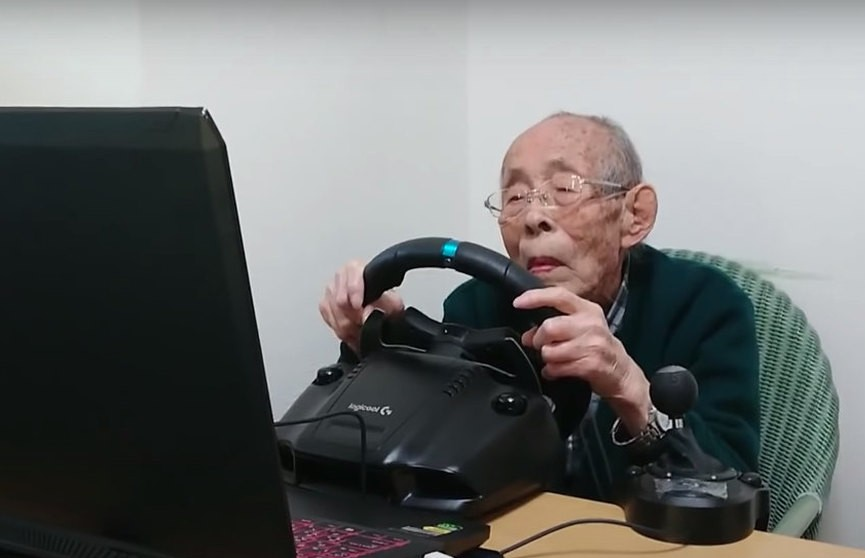 Дедушка из Японии стал популярным гонщиком в 93 года. Внук помог ему освоить компьютерные игры