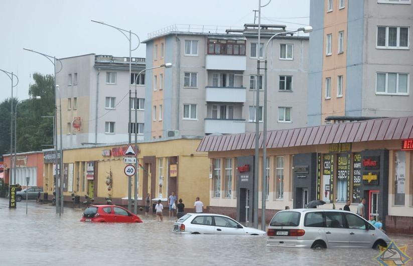 В МЧС рассказали о последствиях грозы: задержка транспорта, затоплены дороги, повалены деревья