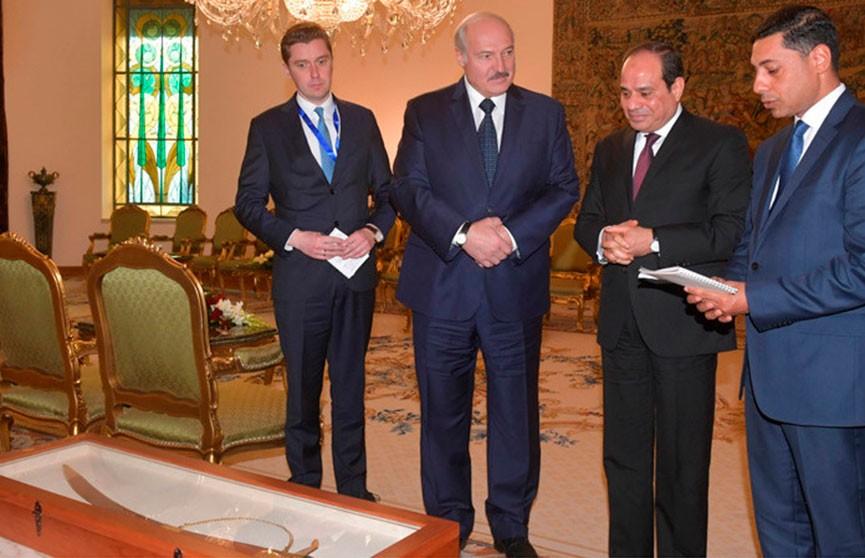 Лукашенко подарил Президенту Египта Коран, а в ответ получил меч