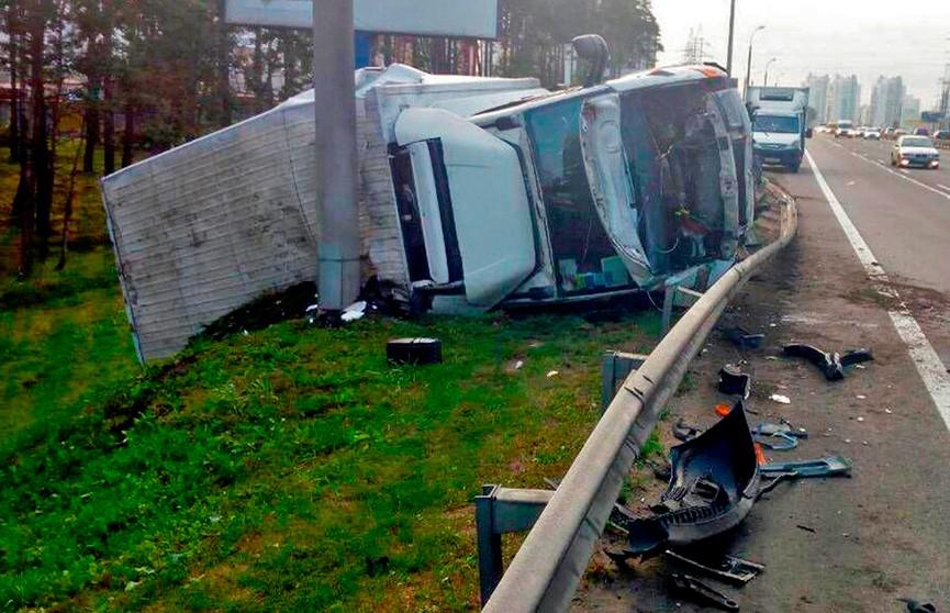 Авария в час пик на МКАД: опрокинулся грузовик