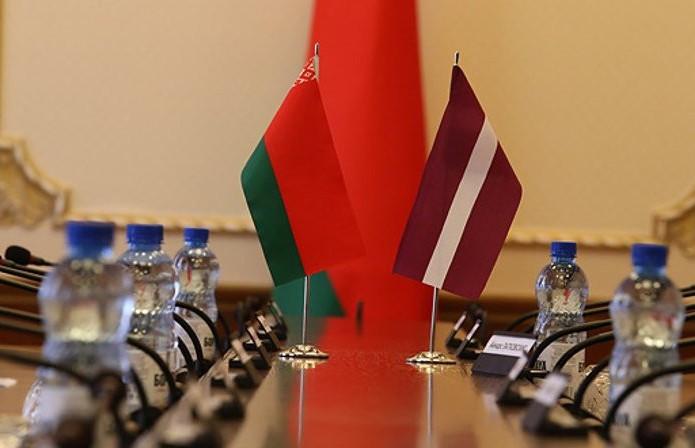 Президент поздравил народ Латвии с национальным праздником и предложил сохранять добрососедские отношения