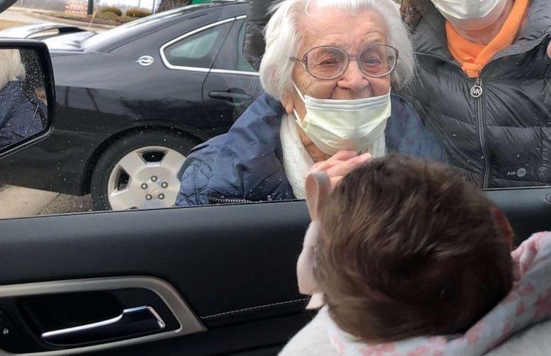 Трогательная встреча новорожденной девочки с 98-летней прабабушкой попала на видео – только взгляните