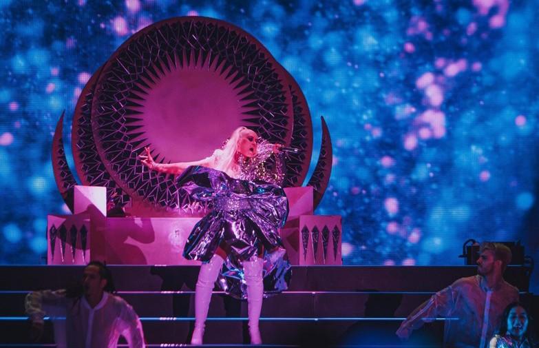 Кристина Агилера рухнула с лестницы на сцене прямо во время выступления (ВИДЕО)