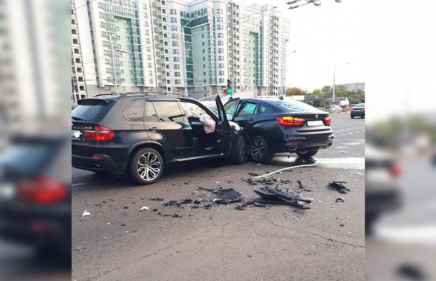Два BMW столкнулись на перекрёстке на проспекте Дзержинского
