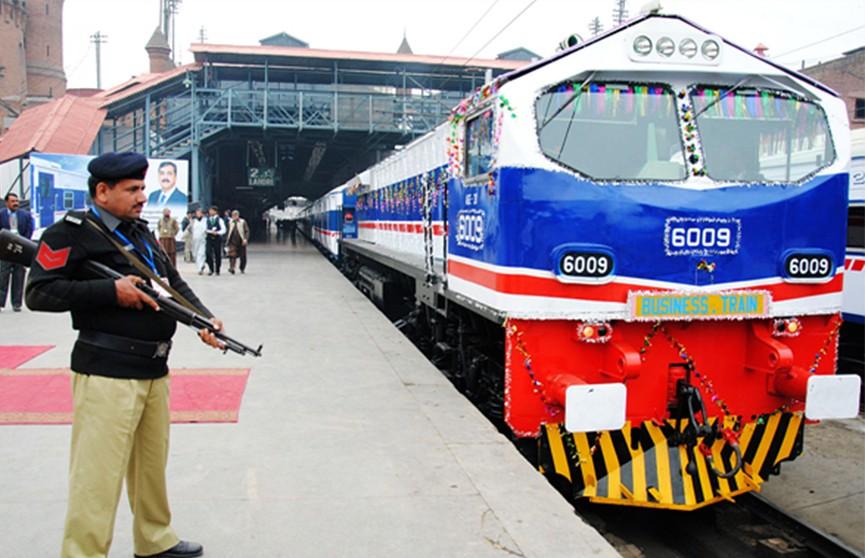 Бомбу обезвредили на железной дороге в Пакистане