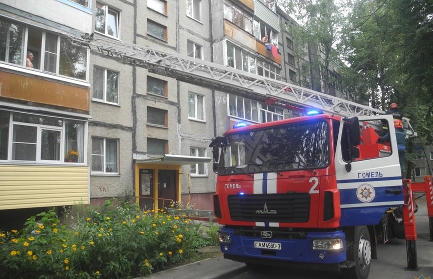 80-летний мужчина в Гомеле повис на балконе, пока его не сняли спасатели