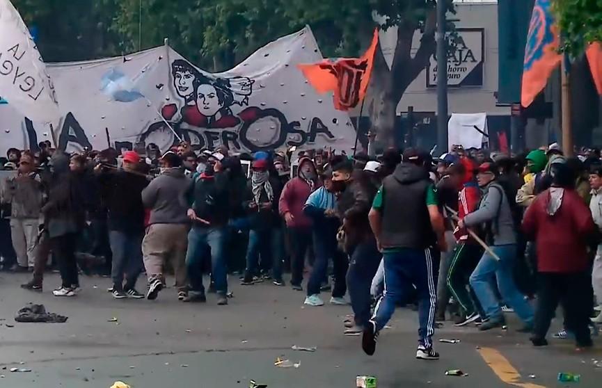 Десятки человек задержаны в результате столкновений манифестантов с полицией в Буэнос-Айресе