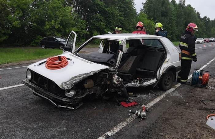 Volkswagen Golf врезался в грузовик на трассе в Каменецком районе