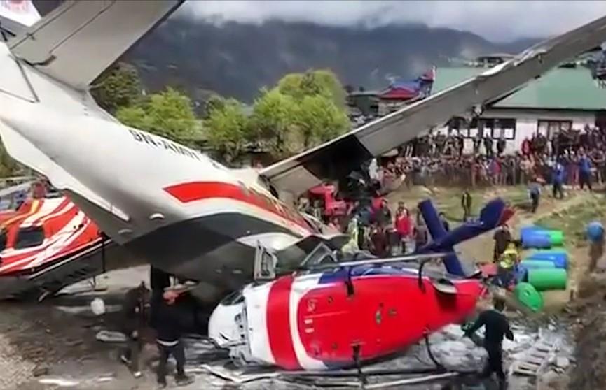 Трагедия в самом опасном аэропорту мира: самолёт и вертолёт столкнулись в Непале. Три человека погибли