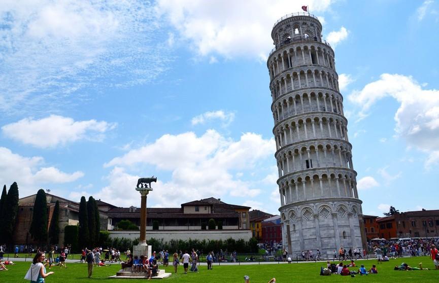 Двух туристов обвинили в вандализме за надпись на Пизанской башне