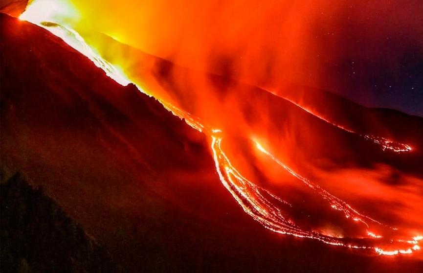 Извержение Этны: туристы рискуют жизнью ради красивых кадров