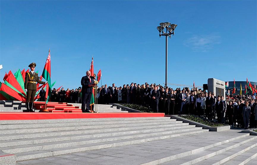 Лукашенко: флаг и герб Беларуси отражают национальную идею белорусов – стремление к независимой и мирной жизни