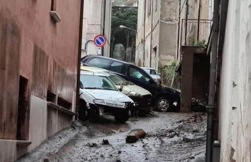 В Италии из-за оползня люди оказались заблокированы в своих домах