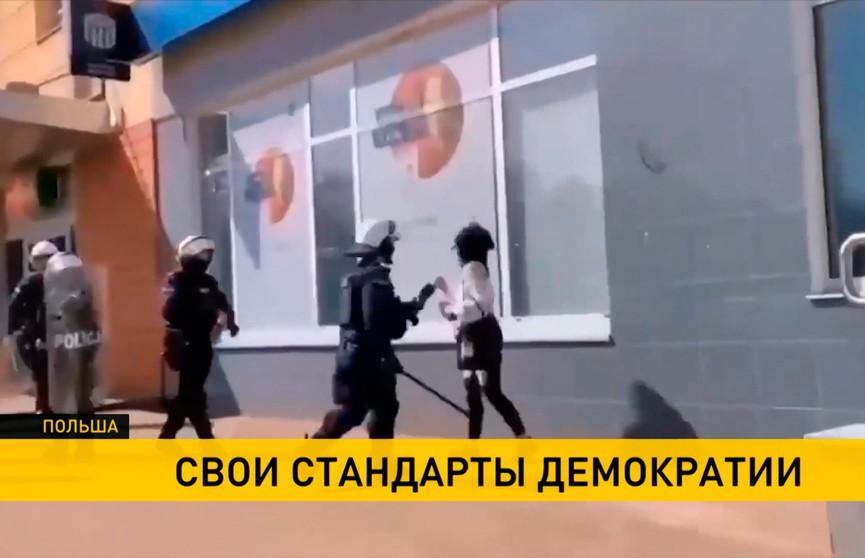 Бьёт, хватает за горло, бросает на асфальт: шокирующие кадры полицейского рейда против нарушителей карантина в Польше