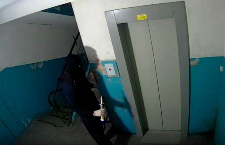 Мужчина замазал герметиком дверь соседа из-за громкой музыки