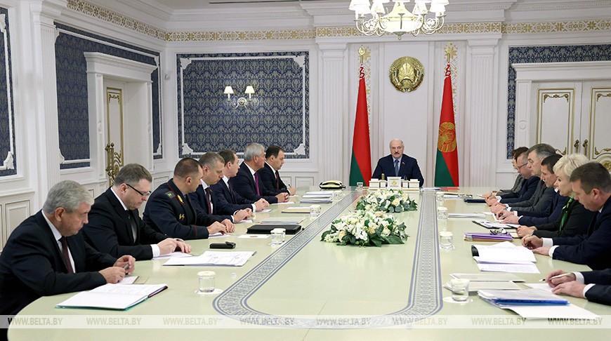 От защиты персональных данных до электромобилей: Лукашенко собрал совещание с руководством Совмина