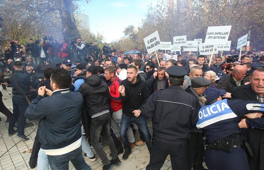 Несколько сотен демонстрантов штурмовали парламент Албании