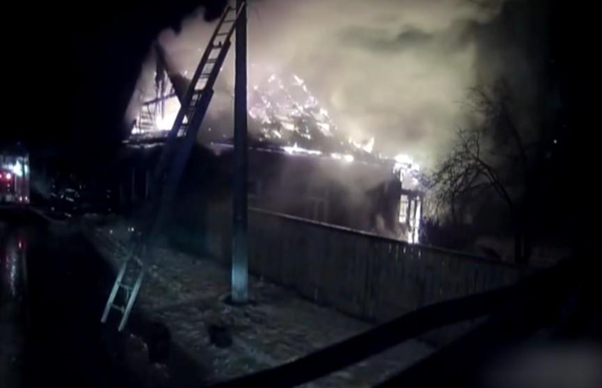 Ехал с проверкой, а приехал на пожар. Чтобы проконтролировать поднадзорного участковому пришлось вытаскивать его из горящего дома