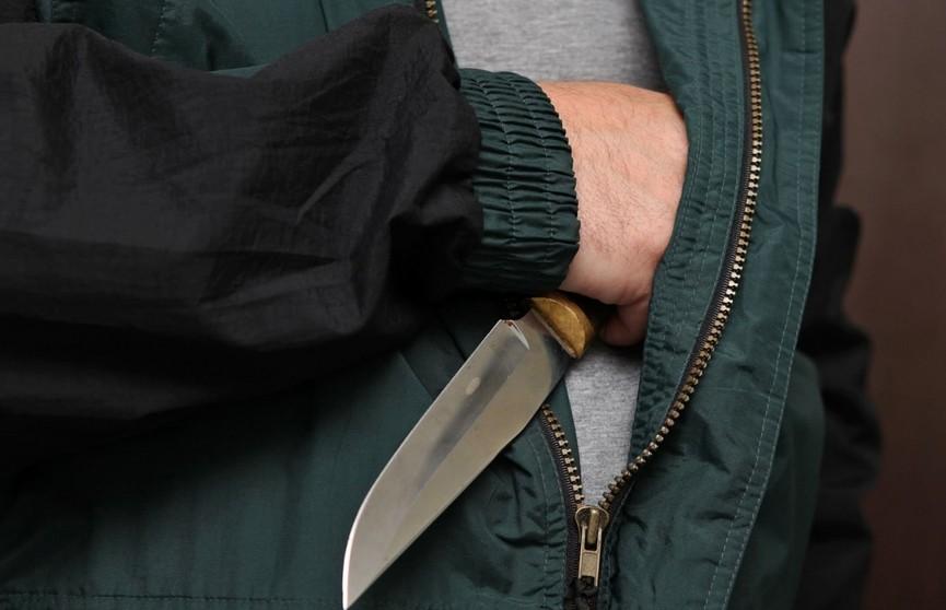 Мужчина помог подняться пьяному парню и стал жертвой нападения