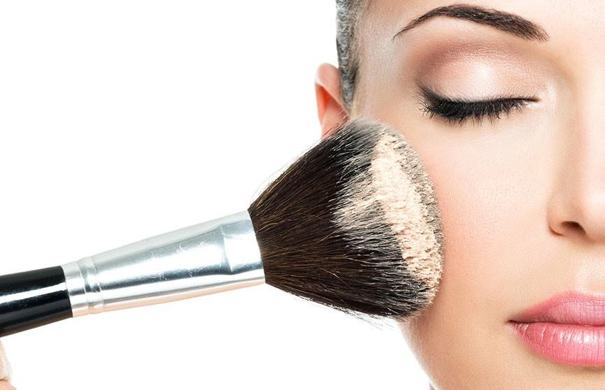 Девушку парализовало после использования чужой кисти для макияжа