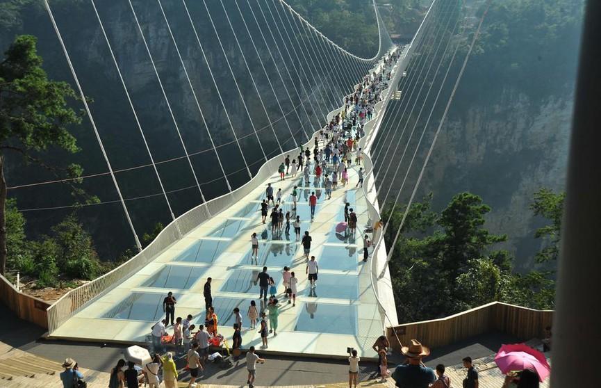 518-метровый стеклянный мост, который «трещит» под ногами, возведён в Китае