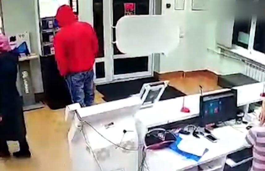 Самое бессмысленное ограбление: хотел дорогой телефон, а украл муляж (ВИДЕО)