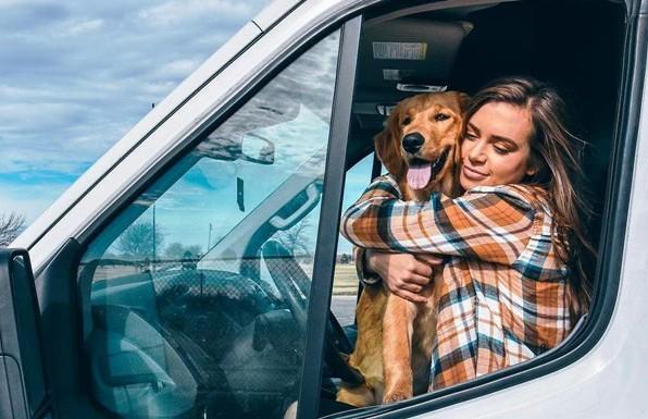Девушка бросила парня и работу, чтобы путешествовать в фургоне с собакой