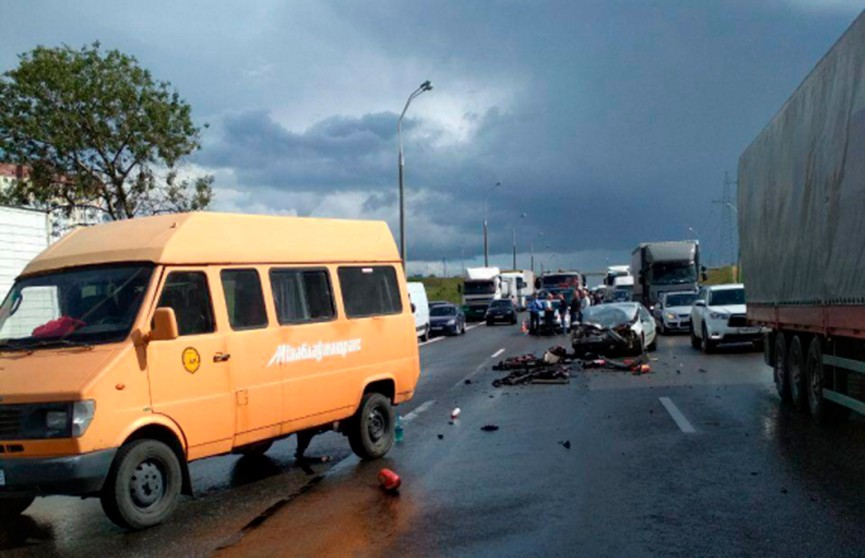 Легковушка столкнулась с автобусом на МКАД