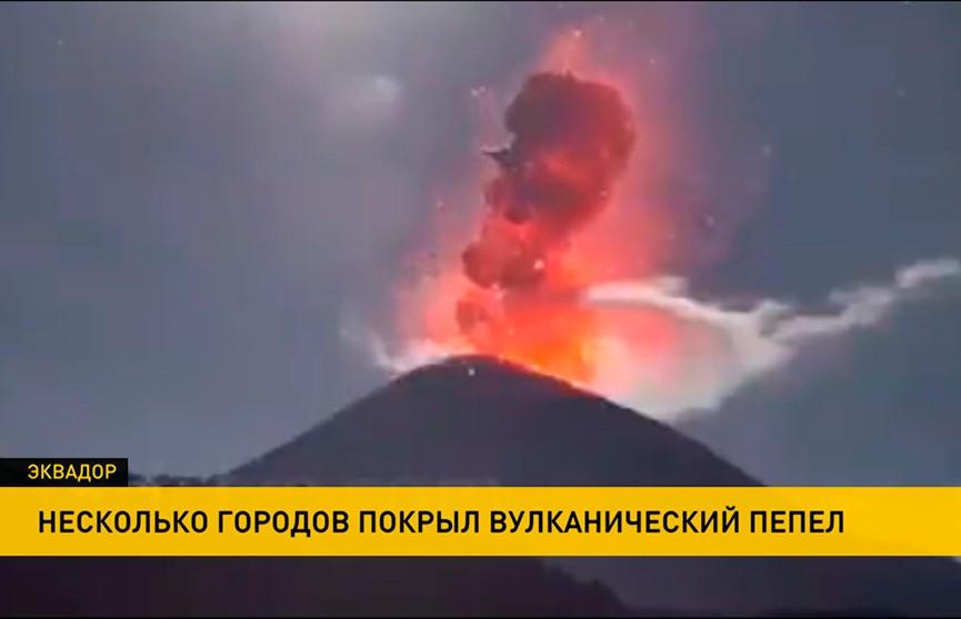В Эквадоре после извержения вулкана выпал пепельный дождь