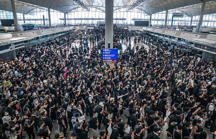 Вылеты самолётов из аэропорта Гонконга отменили из-за массовых протестов