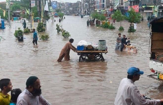 Десятки человек погибли из-за ливней и паводков в Кашмире