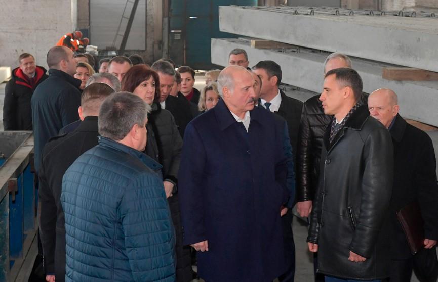 «Мужики, надо из грязи выходить, все должно быть по-человечески»: Лукашенко посетил предприятия в Светлогорске. Главное