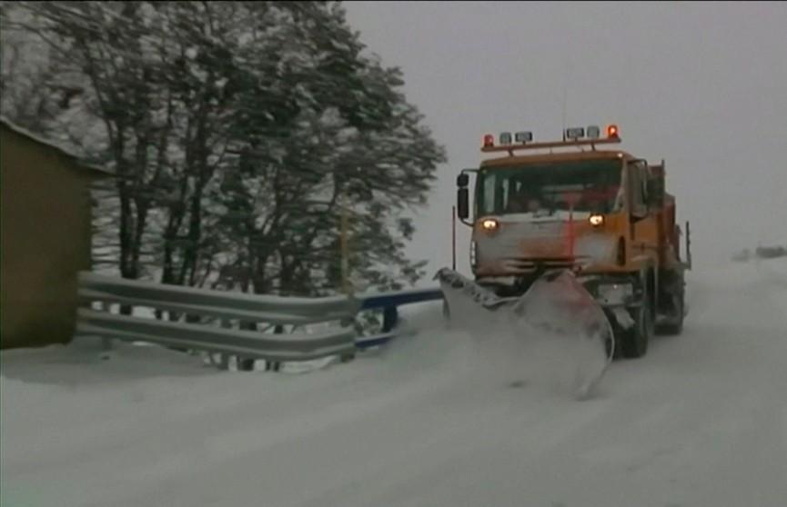 Западную Европу охватила непогода: из-за метели закрыты школы и остановилось движение авто