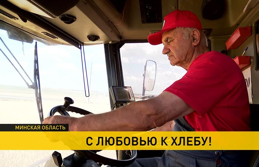 Более полувека в поле: на жатве трудится комбайнер, которому 73 года!