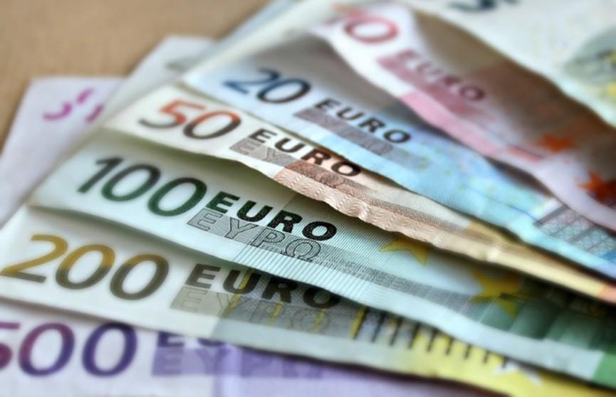 Уборщицы выловили из унитаза пачки евро