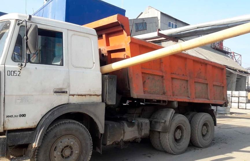 Грузовик с неопущенным кузовом зацепил трубу газопровода в Микашевичах
