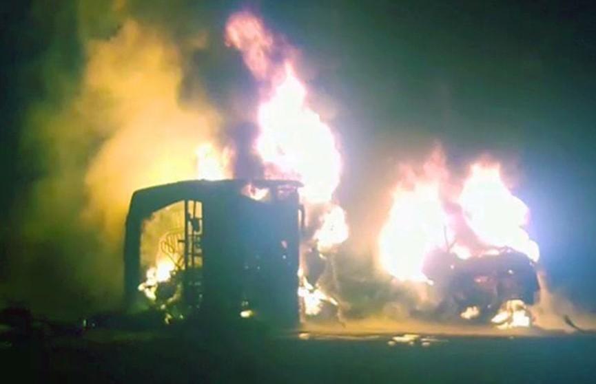 Автобус и грузовик столкнулись в Пакистане, десятки жертв