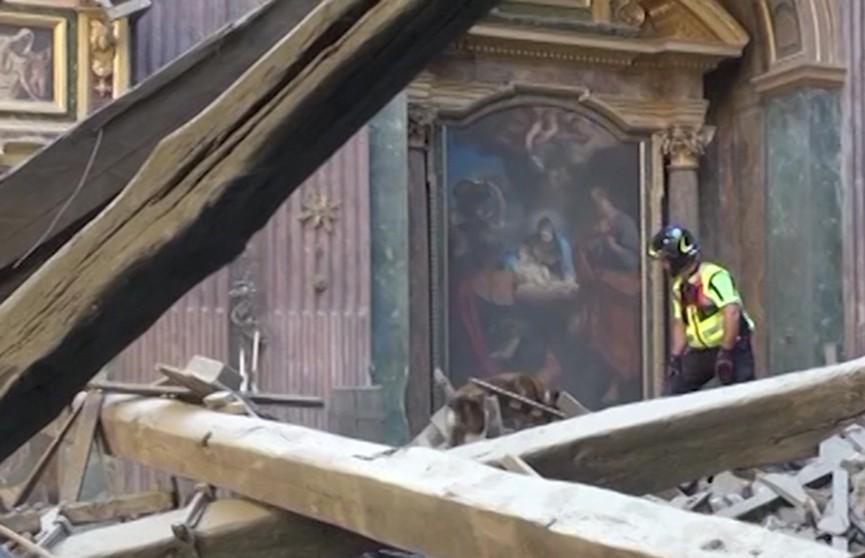 Крыша старинной церкви обрушилась в Риме