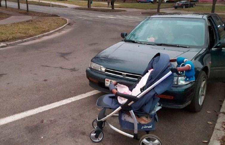 Легковушка в Минске сбила женщину – она успела оттолкнуть коляску с ребенком