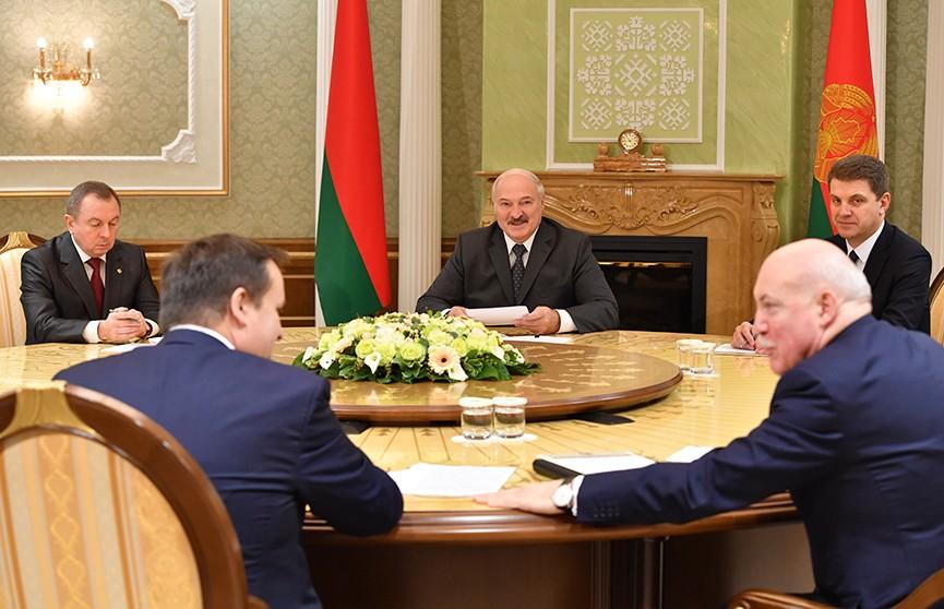 Лукашенко: «Рыночная вакханалия – порезать всё на куски и поделить – это не единственный выход». Подробности встречи Президента Беларуси и губернатора Новгородской области
