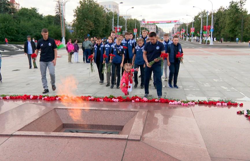 «По интонациям было понятно, что это горе для страны и всего мира». Тысячи белорусов почтили память защитников от немецко-фашистских захватчиков