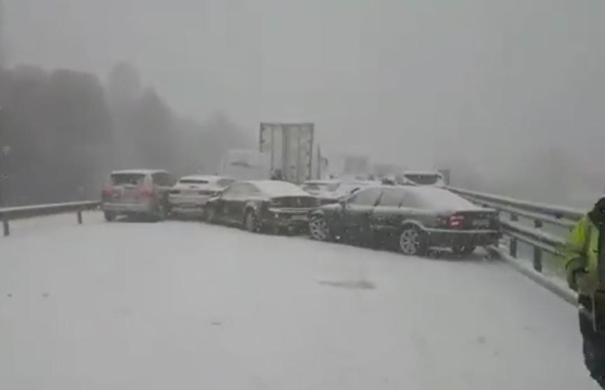 Более 50 автомобилей столкнулись на трассе в Испании (Видео)