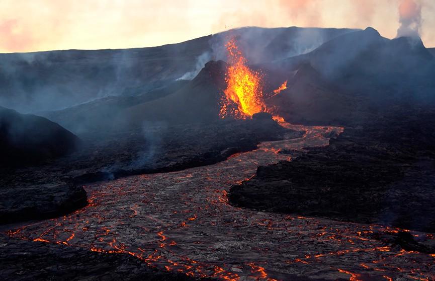 Спавший 900 лет вулкан начал извергаться в Исландии (ВИДЕО)