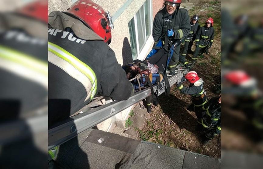 Девушка спрыгнула с третьего этажа на козырёк подъезда, чтобы спасти кота, но пострадала сама