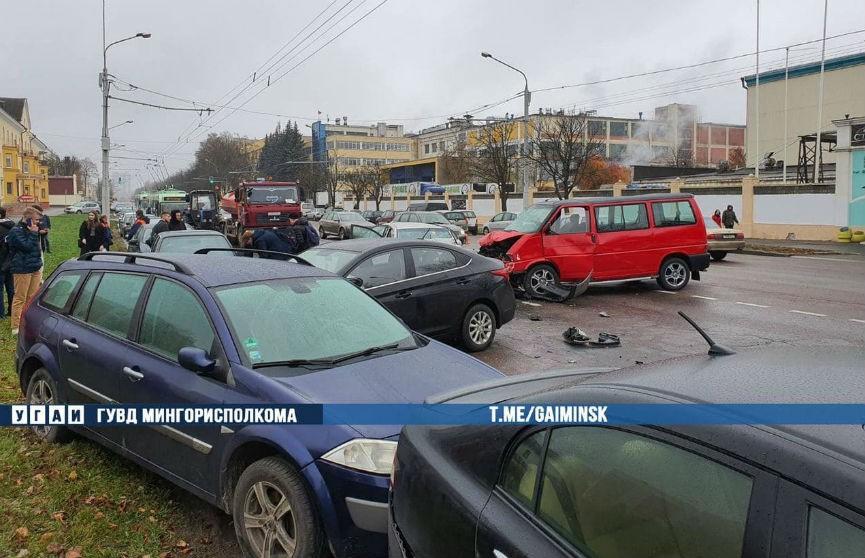 Авария на ул. Казинца в Минске: столкнулись три автомобиля