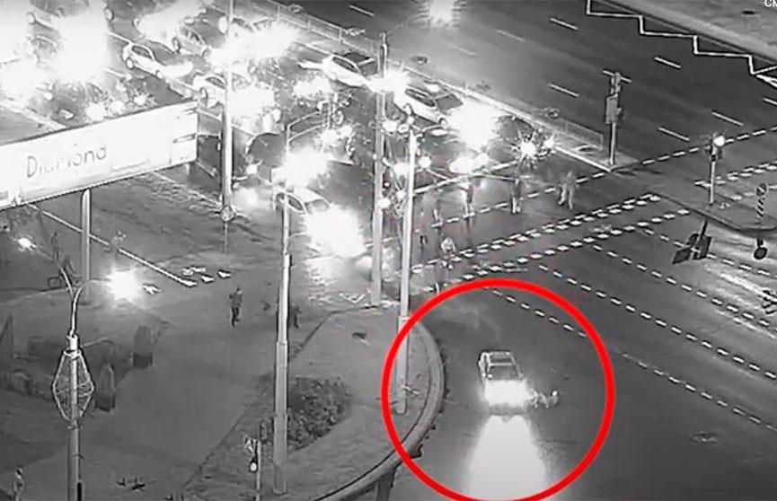 Автомобиль сбил блокировавшего проезжую часть протестующего в Минске