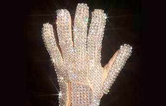 Белая перчатка Майкла Джексона продана на аукционе за $104 тыс.