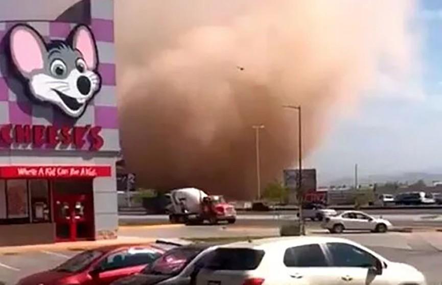 Огромный пыльный вихрь прошелся по Мексике