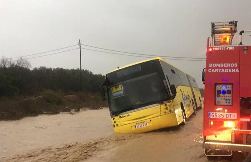 70 детей, застрявших в автобусе из-за сильных дождей, спасли в Испании