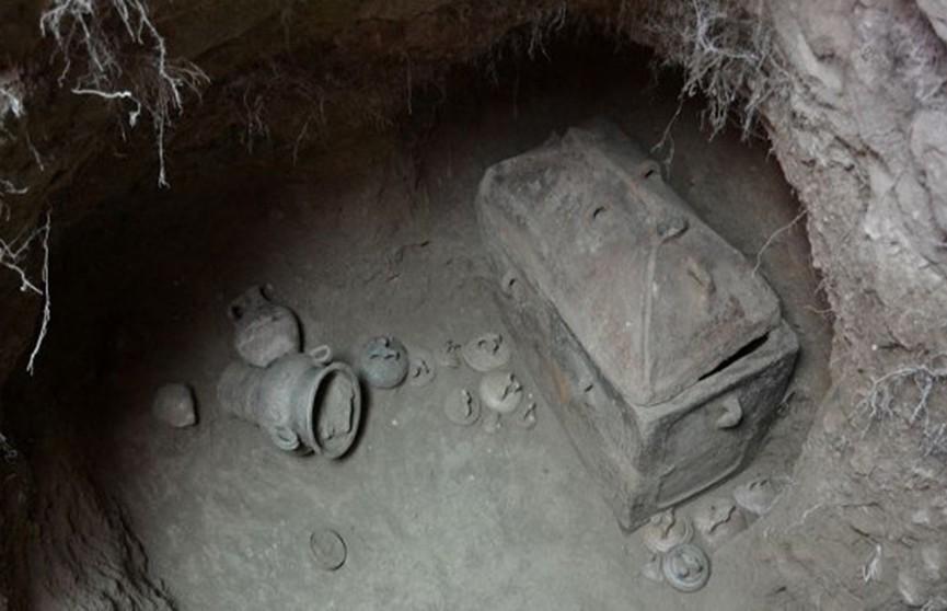 Фермер обнаружил древнюю гробницу, когда попытался припарковать автомобиль
